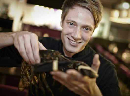 Marius Musan hält einen Hummer in der Hand