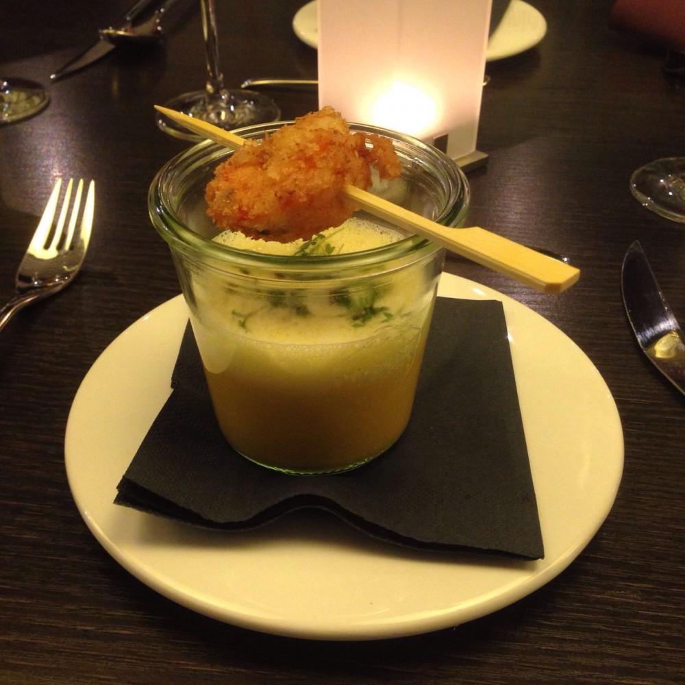 Kürbissuppe vom Hokkaido mit Garnelen in Panko, kulinarisches essen,