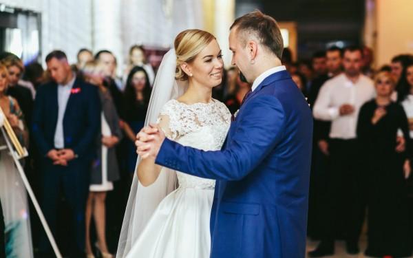 Hochzeit, Braut und Bräutigam tanzen den Ehrentanz