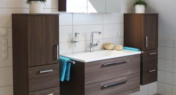Heizungsinstallateur installiert ein Waschbecken