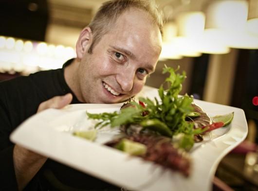 Catering Koch Steve Bormann aus Nordhorn mit einem Teller in der Hand