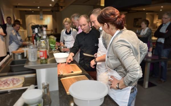 Steve erklärt den Neulingen die Küche und wie sie essen anrichten sollen