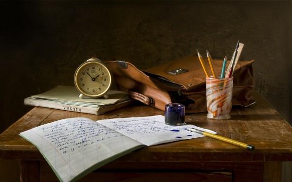 schriebtisch mit stift und heft