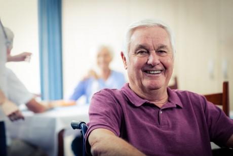 ein älterer Herr sitzt im rollstuhl und genießt die politische stimmung