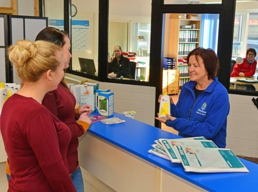 Eine Beraterin erklärt zwei Kundinnen Produkte aus dem Sanitätshaus, büro