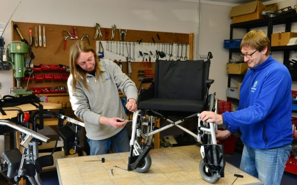 Rollstuhl, Reparatur, Medisan Emlichheim, Werkstatt, blauer medisanPullover