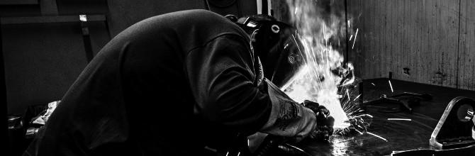 Ein Mann schweißt hochwertige Metalle zusammen