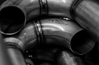 zusammen geschweißte Rohre, ein Beispiel der Metalltechnik
