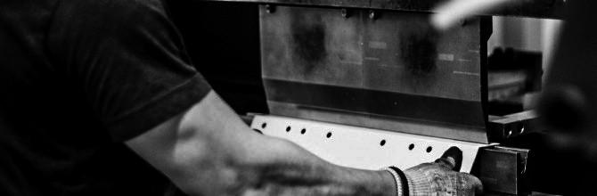 Mitarbeiter kantet Blech, Metall in der neuenhauser Werkstatt