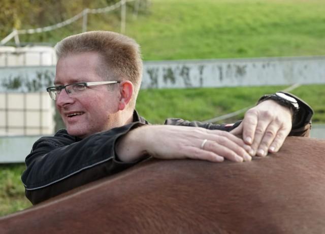 Gemmeker legt die Hände auf die Wirbelsäule des Pferds