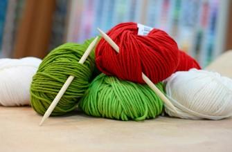 Wolle, Stricken, grüne rote und weiße wolle