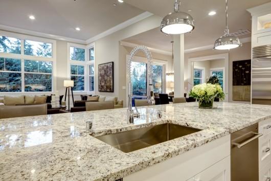 lichte keuken met afwas, woomkamer meubelen en bloemen, licht
